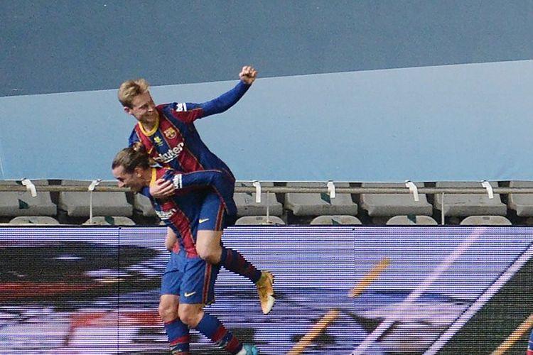 Gelandang Barcelona, Frenkie de Jong, merayakan gol kontra Real Sociedad pada laga semifinal Piala Super Spanyol di Stadion Nuevo Arcangel, Cordoba, pada 13 Januari 2021.
