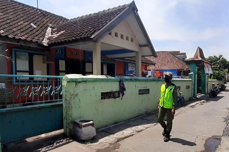 Gedung sekolahan yang dijadikan sebagai tempat karantina mandiri 17 orang kontak erat dan dekat pasien Covid-19 di Kelurahan Gandekan, Jebres, Solo, Jawa Tengah, Rabu (14/10/2020).
