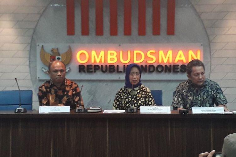 Anggota Ombudsman RI Ninik Rahayu (tengah) dalam konferensi pers di Kantor Ombudsman RI, Kamis (10/10/2019).