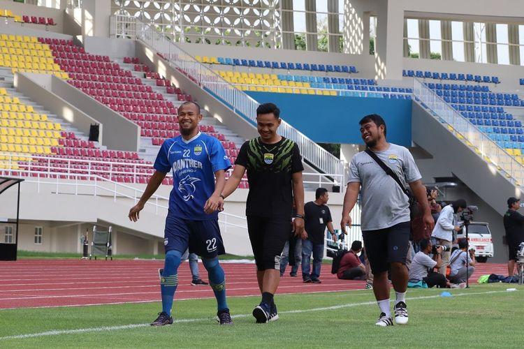 Bek Persib Bandung, Supardi Nasir Bujang, menjalani latihan terpisah dngan rekan-rekannya saat uji coba lapangan Stadion Manahan, Solo, Jumat (14/2/2020).