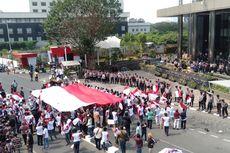 Massa Bentangkan Bendera Merah Putih Berukuran Besar Saat Demo di Depan KPK