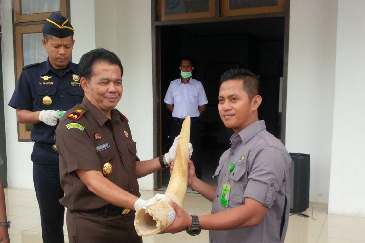 Kepala Kejaksaan Negeri Nunukan I Made Sudiatmika menyerahkan 11 gading gajah kepada Jono Adi Putro, Bagian Konservasi Keanekaragaman Hayati Kantor BKSDA Samarinda Kalimantan Timur. Rabu siang.