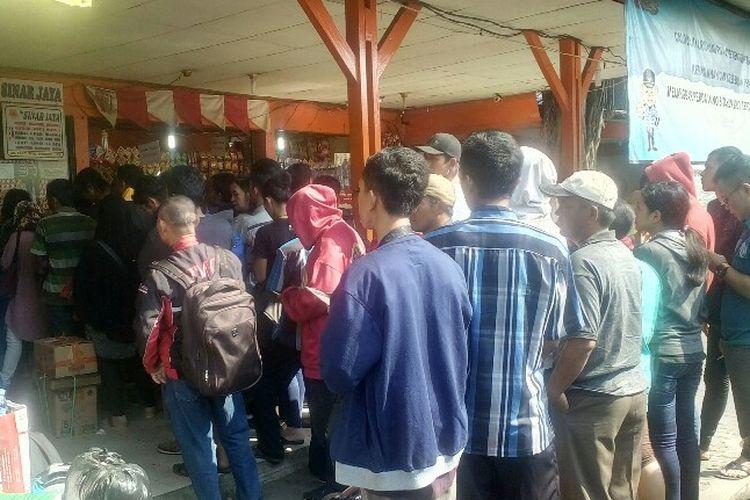 Para pemudik antre untuk membeli tiket bus di Terminal Kalideres, Jakarta Barat, Rabu (21/6/2017).