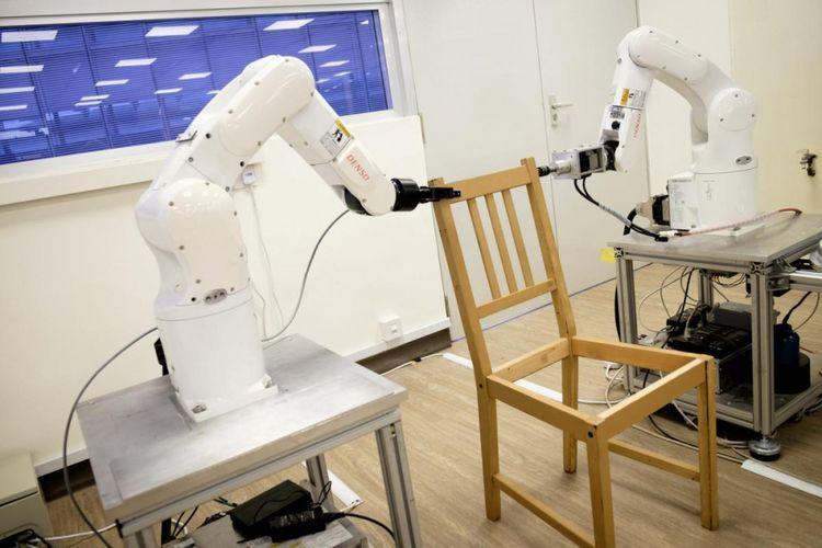Robot merakit kursi IKEA di Nanyang Technology University. NTU/Handout via REUTERS