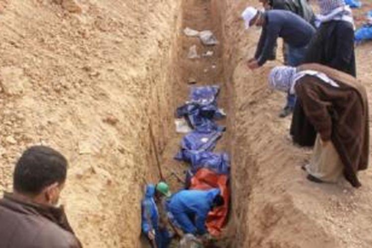 Mayat-mayat lebih dari 25 pria yang dilaporkan dibunuh oleh ISIS diekskavasi di pinggiran kota Saadia di provinsi Diyala, Irak (15/2).