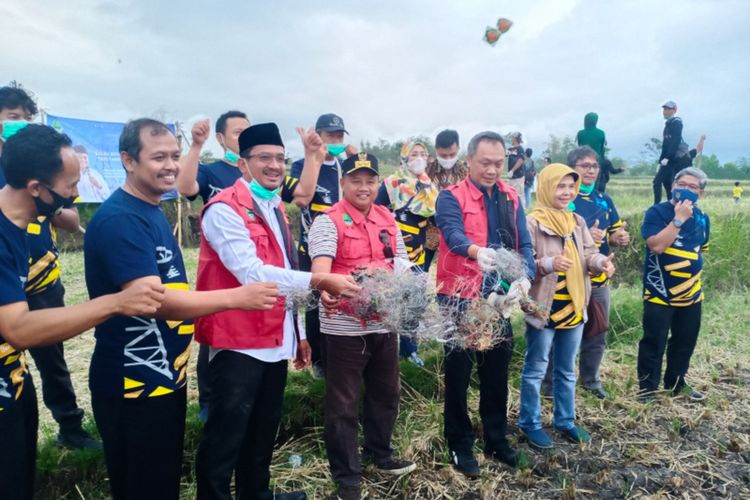Wakil Gubernur Jawa Barat dan Wakil bupati Garut menunjukan benang kawat yang biasa digunakan untuk bermain layangan hasil razia