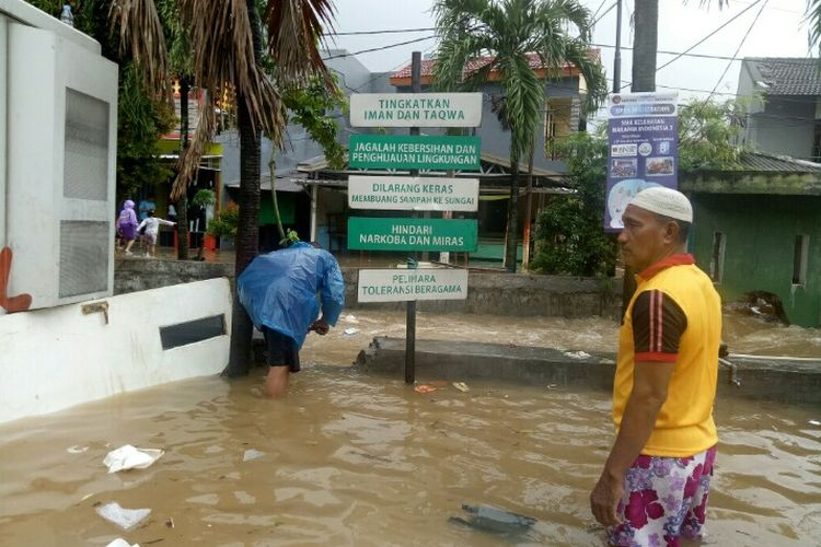 Banjir merendam Perumahan Maharta, Pondok Kacang Timur, Pondok Aren, Kota Tangerang Selatan, Selasa (25/2/2020) pagi. Warga setempat terpaksa menjebol tanggul demi mempercepat air surut.