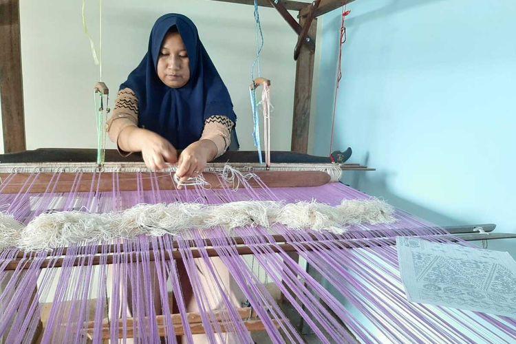 Aktivitas menenun kain di Barkat Songket, Desa Tanjung Mekar, Kecamatan Sambas, Kabupaten Sambas, Kalimantan Barat (Kalbar).