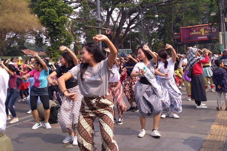 Para penari memberikan contoh gerakan yang akan dimainkan secara serentak di 7 kota pada 17 November 2019 dalam gelaran Indonesia Menari 2019.