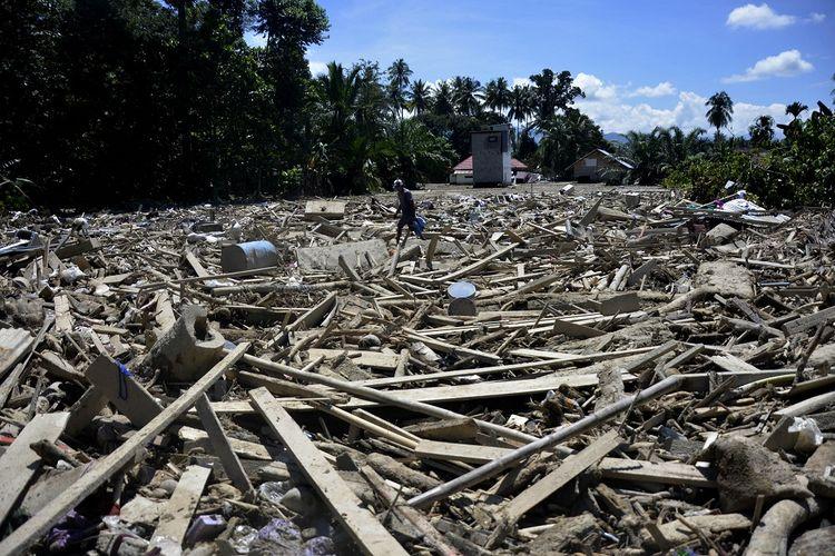 Warga mencari barangnya pasca banjir bandang di Desa Radda, Kabupaten Luwu Utara, Sulawesi Selatan, Sabtu (19/7/2020). Pasca banjir bandang sejumlah warga yang terdampak mulai mengambil barangnya yang masih bisa digunakan. ANTARA FOTO/Abriawan Abhe/foc.