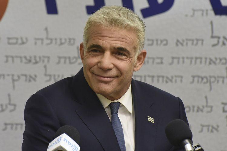 Ketua Partai Yesh Atid, Yair Lapid, saat berbicara di konferensi pers Knesset atau Parlemen Israel, di Yerusalem pada Senin (31/5/2021).