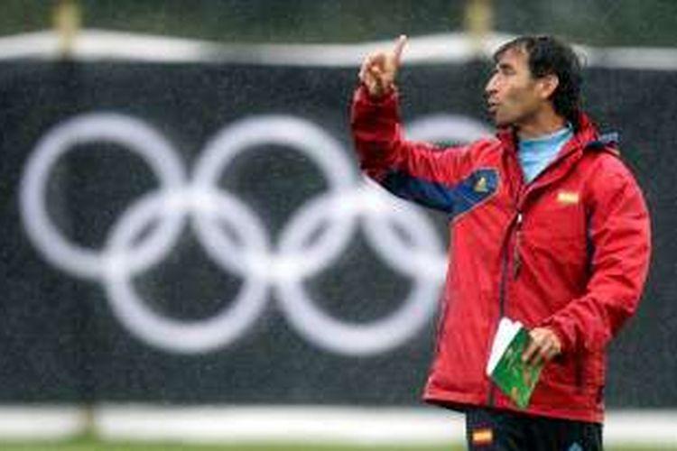 Luis Milla memimpin tim nasional Spanyol saat melawan Jepang pada partai pertama Olimpiade London 2012, 26 Januari 2012.