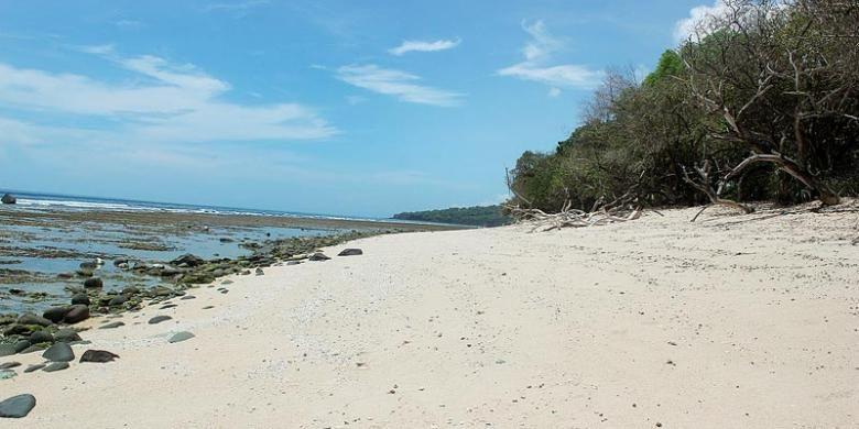 Pantai Doreng dengan pasir putih yang belum mendapat perhatian dari Pemerintah Daerah Sikka, Nusa Tenggara Timur.