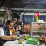 Blusukan ke Warung Pecel Lele, Anies: Kota Ini Penuh dengan Orang Tangguh