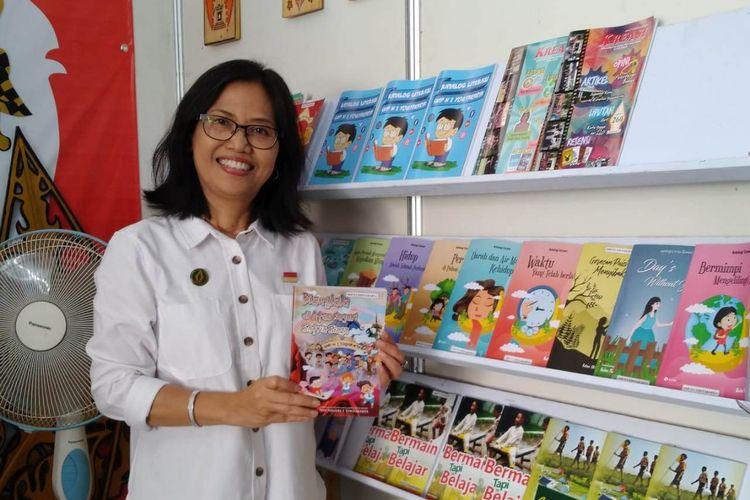 Niken Sasanti menunjukkan buku karya siswa dan gurunya yang terpajang di pameran literasi di Dinas Pendidikan Kota Yogyakarta.