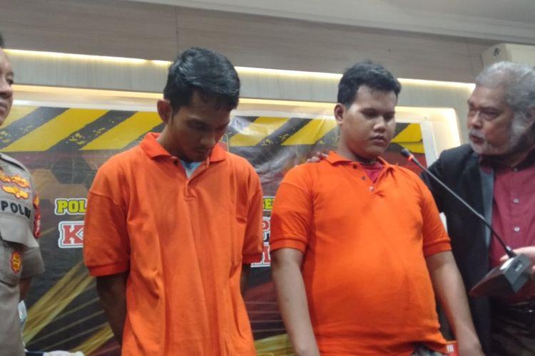 pelaku eksploitasi sex anak berinisial JF (kiri) dan NF (kanan) dalam jumpa pers di Mapolres Metro Jakarta Selatan, Rabu (29/1/2020)