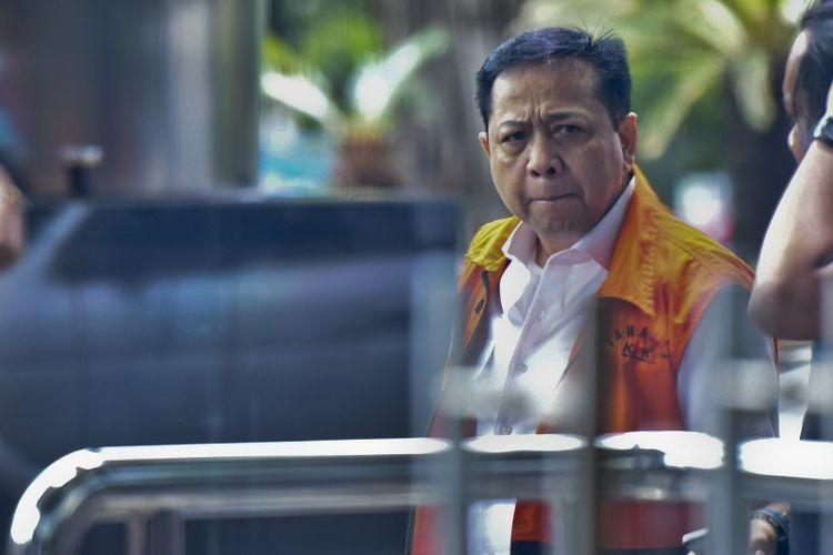 Terdakwa kasus korupsi KTP elektronik Setya Novanto bersiap menjalani pemeriksaan di gedung KPK, Jakarta, Senin (26/3). Mantan Ketua DPR itu kembali diiperiksa oleh KPK sebagai saksi dalam kasus korupsi proyek pengadaan KTP elektronik untuk tersangka Irvanto Hendra Pambudi dan Made Oka Masagung.