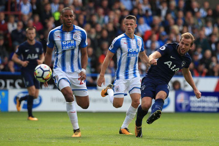 Striker Tottenham Hotspur, Harry Kane (kanan), melepaskan tembakan untuk mencetak gol ke gawang Huddersfield Town dalam pertandingan Premier League di Stadion John Smiths, Huddersfield, Sabtu (30/9/2017).