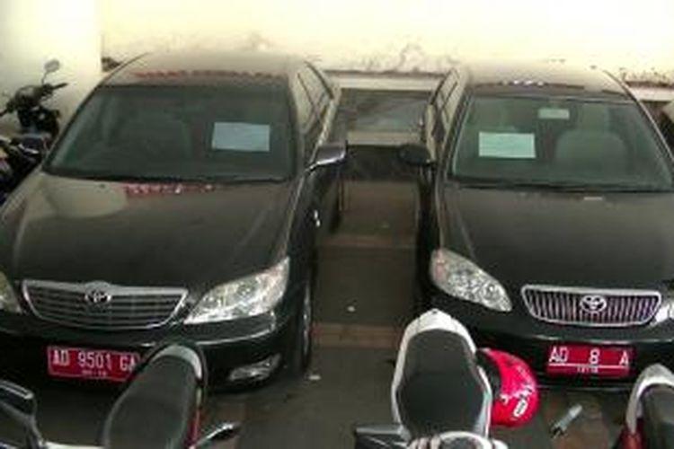 Mobil dinas Jokowi (sebelah kiri) saat dinas menjadi walikota Solo, Rabu (15/5/2015).