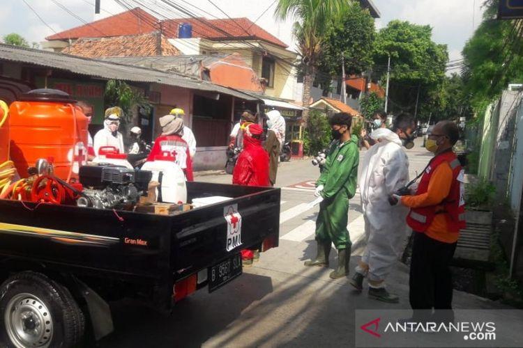 Petugas PMI Jakarta Pusat mempersiapkan diri untuk penyemprotan disinfektan di Asrama Bethel Petamburan, Jakarta Pusat, Jumat (17/4/2020).