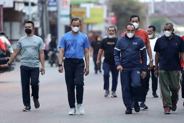 Gubernur Sumatera Utara, Edy Rahmayadi, didampingi Komandan Korem (Danrem) 011/Lilawangsa, Kolonel Inf Sumirating Baskoro,  saat jalan pagi di kawasan Kota Lhokseumawe, Aceh.
