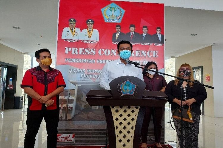 Wakil Ketua DPRD Sulut James Arthur Kojongian bersama Badan Kehormatan saat memberikan keterangan pers di loby lantai III kantor DPRD Sulut, Senin (1/2/2021)