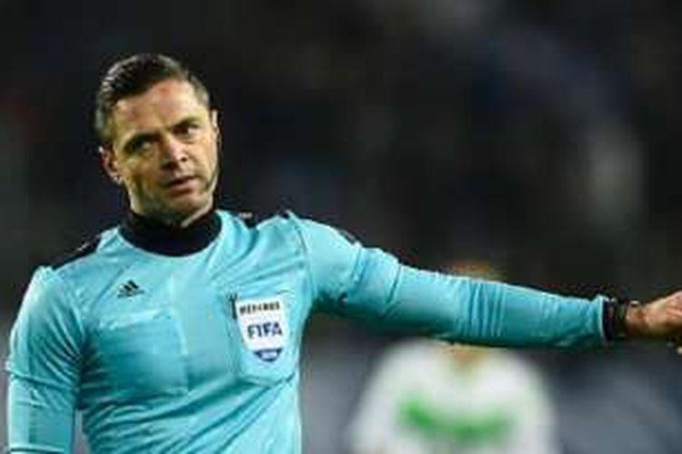 Wasit Slovenia, Damir Skomina, menjadi pengadil pada laga antara Wolfsburg dan Gent di Volkswagen Arena pada babak 16 besar Liga Champions, 8 Maret 2016.