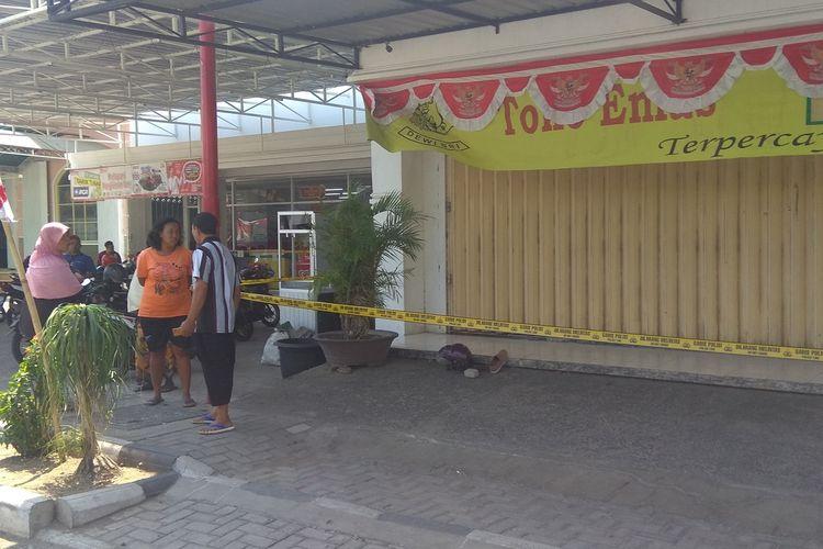 Toko Emas Morodai di Kecamatan Barat Kabupaten Magetan menjadi korban perampokan seorang pria dengan bersenjata pistol. Pelaku juga mengancam menggunakan bom.