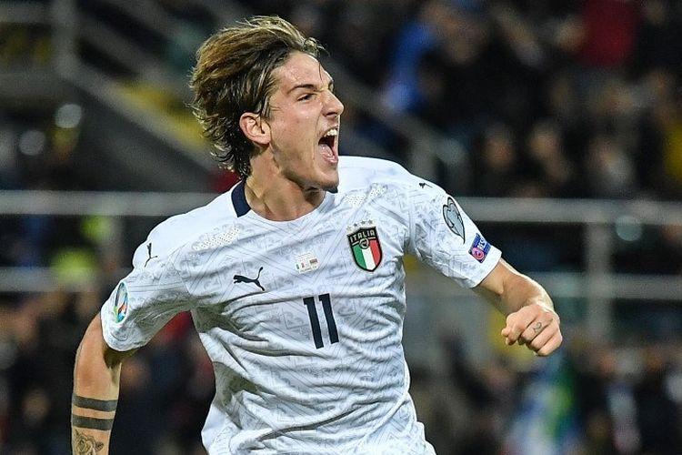 Gelandang AS Roma, Nicolo Zaniolo, merayakan golnya pada pertandingan Italia vs Armenia dalam lanjutan kualifikasi Euro 2020 di Palermo, 18 November 2019.