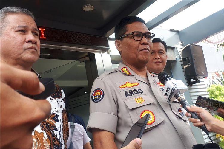 Senior Vice President Corporate Secretary Group Mandiri, Rohan Hafas, Kabid Humas Polda Metro Jaya Kombes Argo Yuwono di Polda Metro Jaya, Jakarta Selatan, Kamis (15/8/2019).