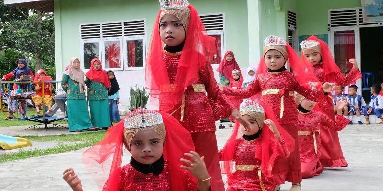 Sejumlah murid perempuan PAUD TK Permata membawakan tarian cindai.