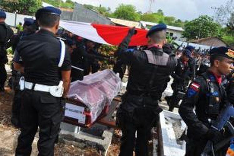 Jenasah Bripda Aprianto Forsen Benu, saat dimakamkan di Taman Makam Pahlawan (TMP) Dharmaloka Kupang, Minggu (7/12/2014)