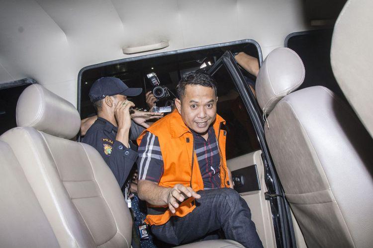 Wali Kota Cilegon Tubagus Iman Ariyadi menggunakan rompi tahanan masuk ke mobil tahanan seusai menjalani pemeriksaan di Gedung KPK, Jakarta, Minggu (24/9). KPK menahan lima dari enam orang tersangka yang terjaring Operasi Tangkap Tangan (OTT) yakni Wali Kota Cilegon Tubagus Iman Ariyadi, Kepala Badan Perizinan Terpadu dan Penanaman Modal Kota Cilegon Ahmad Dita Prawira, Pihak Swasta Hendry, Manajer Project PT Brantas Abipraya Bayu Dwinanta Utama, Direktur dan Legal Manager PT KIEC Tubagus Danny Sugihmukti dan Eka Wandara, atas dugaan suap analisa mengenai dampak lingkungan (Amdal) proyek Transmart dengan total uang yang disita menjadi barang bukti KPK sebesar Rp 1,1 miliar, dan KPK menyebut kasus suap tersebut sebagai modus baru karena melalui program Corporate Social Responsibility (CSR). ANTARA FOTO/Aprillio Akbar/ama/17.