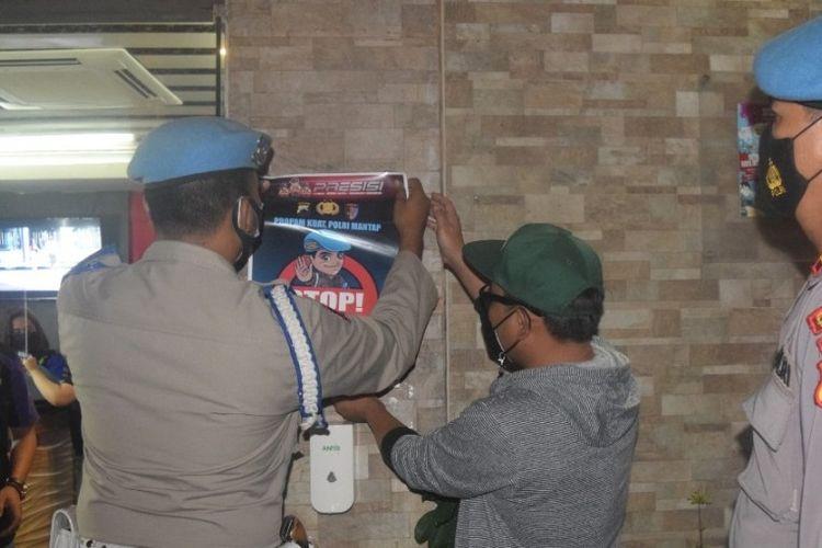 Propam Polres Tegal Kota memasang tanda larangan bagi anggota Polri masuk ke tempat hiburan malam di Kota Tegal, Jumat (19/3/2021) (Dok. Polres Tegal Kota)