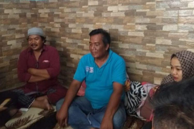 Muhammad Nur Rahman (tengah), ayah dari Rabagus Nurwito, salah satu korban kecelakaan pesawat Lion Air JT 610 di Bangkalan, Senin (29/10/2018).