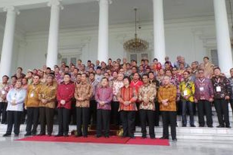 Presiden Joko Widodo bersama bupati, wali kota dan gubernur seluruh Jawa dan Maluku berpose di Istana Bogor, Jawa Barat, Jumat (13/2/2015).