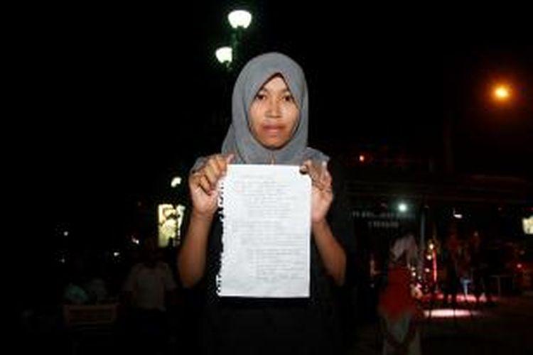 Nurul Elva Sufika, mahasiswi Universitas Palangkaraya yang didaulat membacakan puisi berjudul