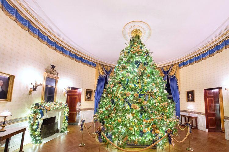 Pohon natal di East Room.