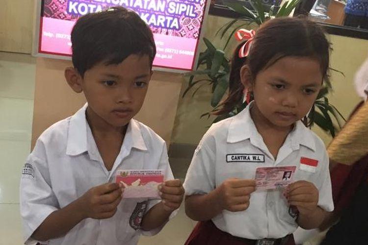 Anak-anak menerima Kartu Identitas Anak di Kota Solo, Kamis (29/12/2016).