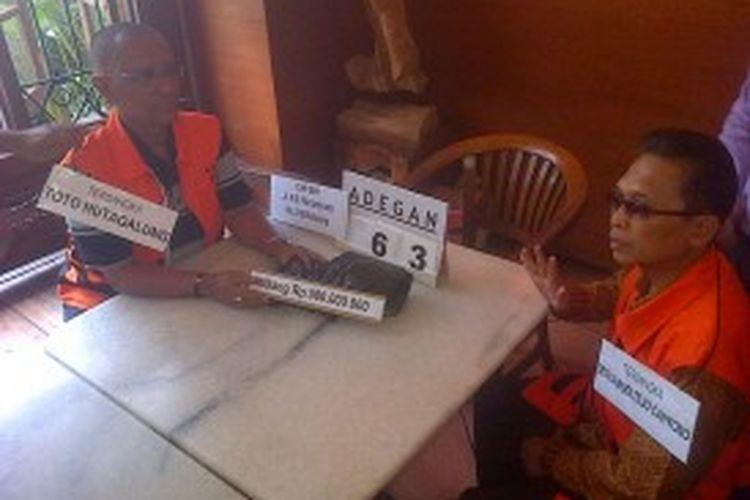 Adegan 63 rekonstruksi kasus pemberian suap hakim, Setyobudi Tejocahyono menolak uang pemberian Toto Hutagalung  sebesar Rp. 500 juta di Kafe Bali Jalan RE.Martadinata Kota Bandung, Rabu (3/7/2013).