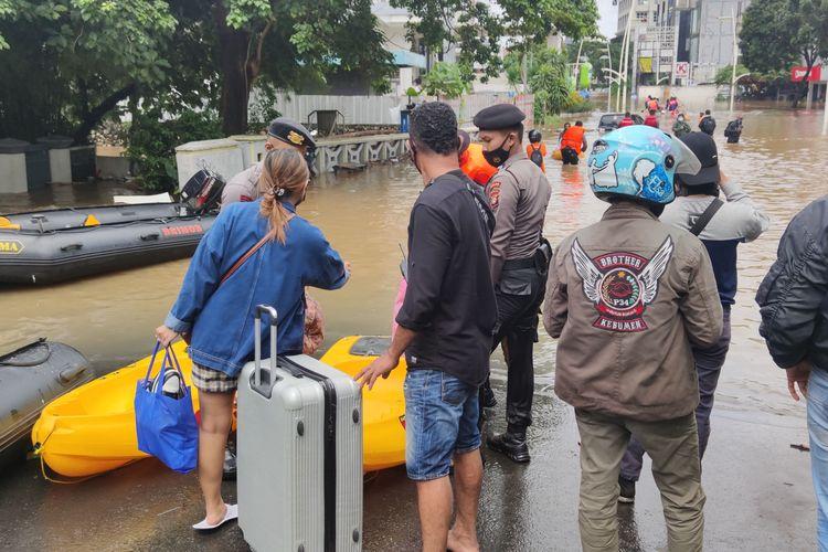 Warga yang menginap di hotel di Jalan Kemang Raya dievakuasi karena banjir, Sabtu (20/2/2021).