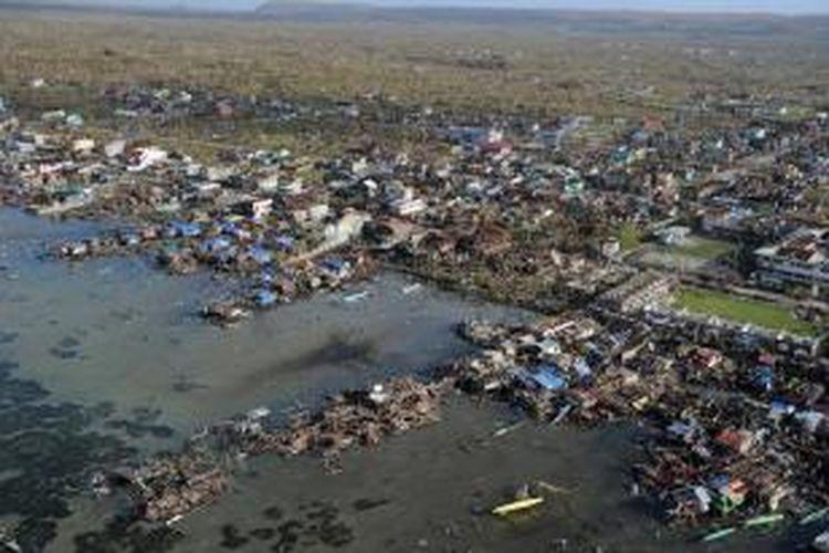 Foto udara ini memperlihatkan kota Guaian, provinsi Samar Timur, Filipina yang hancur akibat terjangan topan Haiyan. Dikhawatirkan 10.000 orang tewas akibat terjangan topan dahsyat itu.
