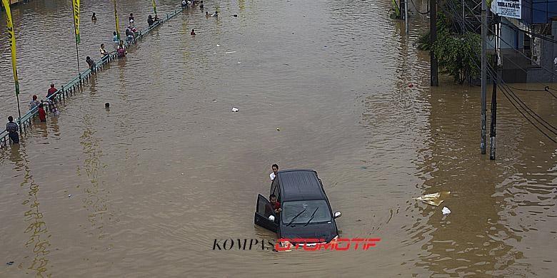 Luapan Kali Ciliwung memutus jalur kendaraan di Jalan KH Abdullah Syafiie, Tebet, Jakarta Selatan, Senin (13/1/2014)