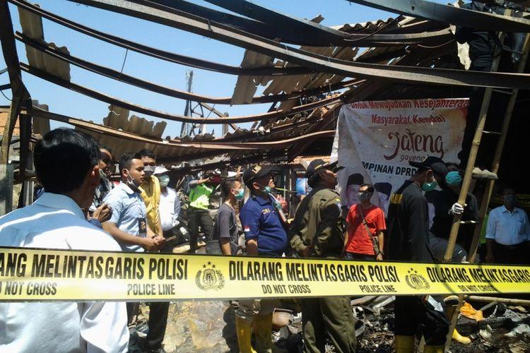 Tim Labfor Polri saat menyelidiki penyebab kebakaran Pasar Pagi Kaliwungu Kendal.