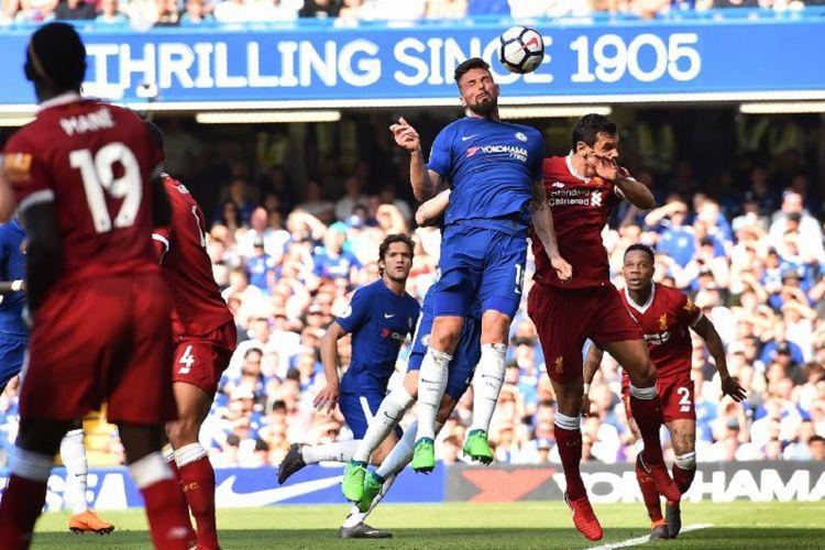 Olivier Giroud memenangi duel udara dengan Dejan Lovren saat Chelsea menjamu Liverpool pada pertandingan Premier League di Stamford Bridge, 6 Mei 2018.