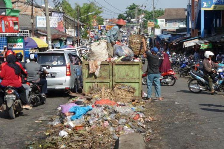 Bak sampah besar ditempatkan di tengah Jalan Aria Putra, depan Pasar Ciputat, Tangerang Selatan, Minggu (24/4/2016). Sampah dari pedagang di pasar tersebut dikumpulkan di sana dan tidak jarang sampah berserakkan sampai ke jalan hingga menyebarkan aroma tak sedap dan menghambat arus lalu lintas.
