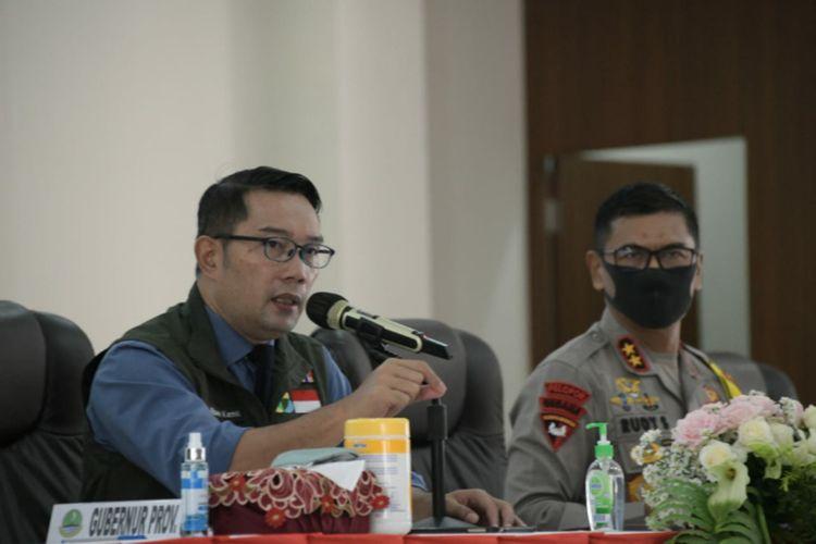 Caption: Gubernur Jawa Barat (Jabar) Ridwan Kamil saat berkoordinasi dengan Kapolres dan Dandim se-Jabar serta perwakilan Pangdam Jaya, Polda Jabar, dan Polda Metro Jaya di Mapolda Jabar, Kota Bandung, Selasa (5/5/2020).