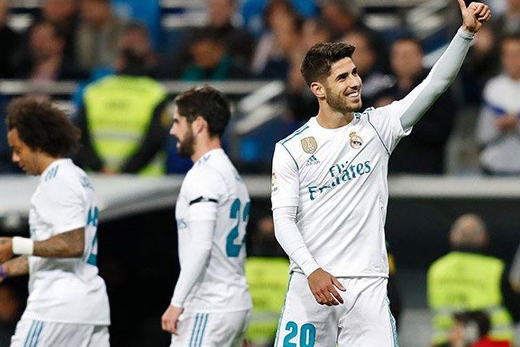 Marco Asensio membalas dukungan suporter Real Madrid seusai mencetak gol ke gawang Las Palmas pada pertandingan La Liga di Stadion Santiago Bernabeu, Minggu (5/11/2017).