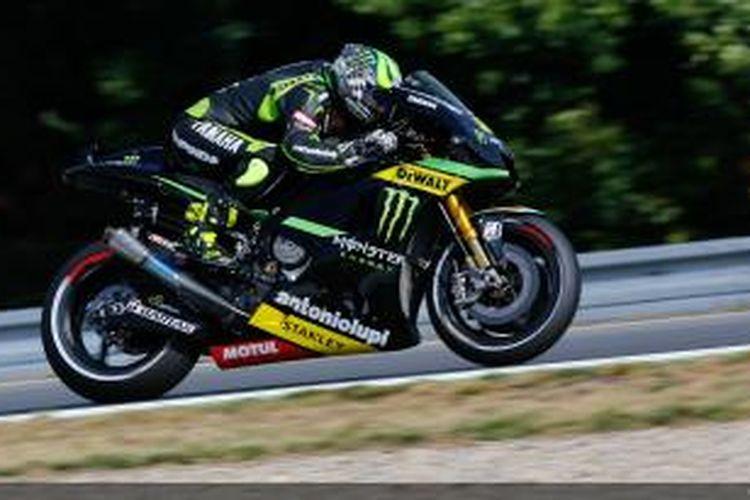 Pebalap Yamaha Tech3, Cal Crutchlow, memacu motornya di Sirkuit Brno, pada sesi latihan bebas tiga GP Ceko, Sabtu (24/8/2013).