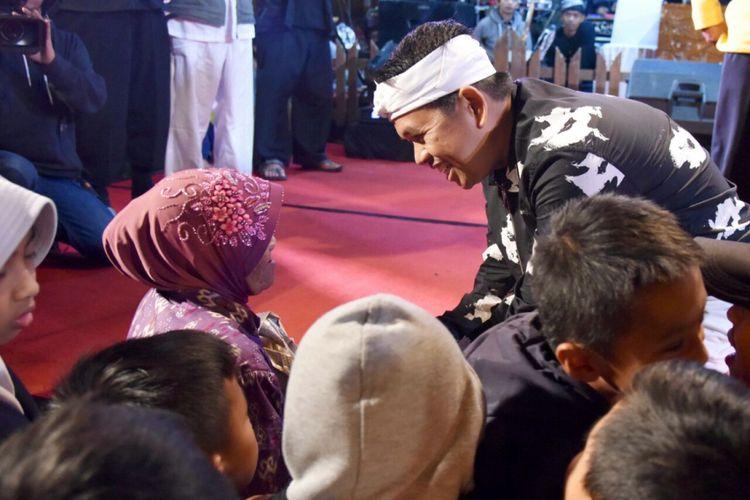Calon wakil gubernur Jawa Barat asal Partai Golkar dan Demokrat Dedi Mulyadi, bertemu warga saat menghadiri undangan hajatan desa di Kecamatan Rancabali, Kabupaten Bandung, Jumat (19/1/2018) malam.